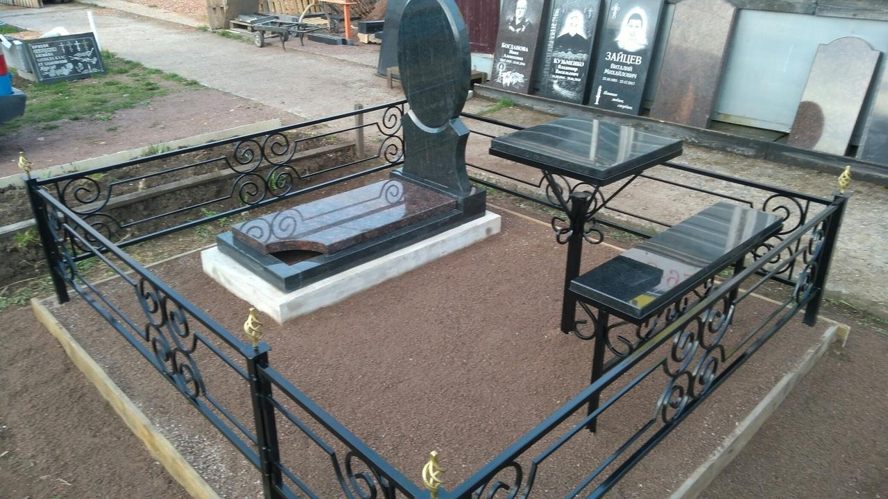 Надгробные плиты в Дружной Горке