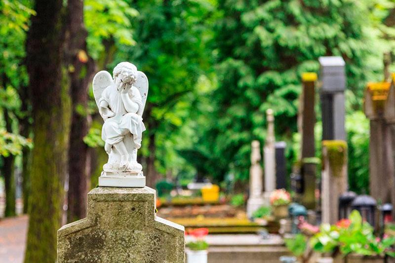 Статуи на могилу в Гатчине